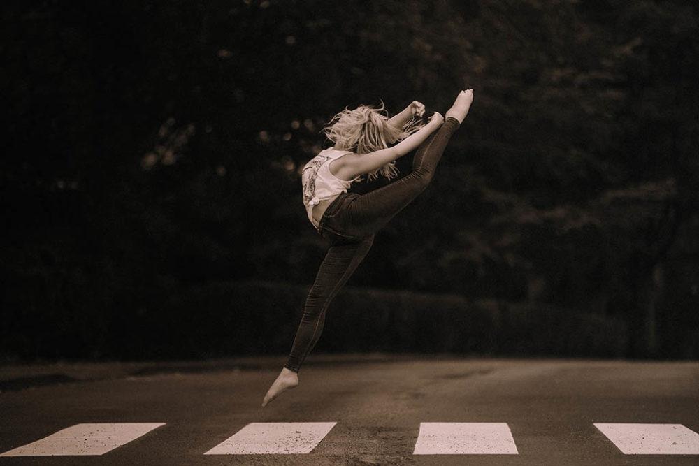 Ballettshooting auf der Straße mit Zebrasreifen