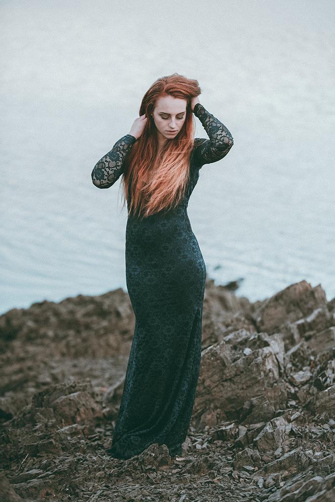 Model am Biggesee mit langem Kleid und roten Haaren
