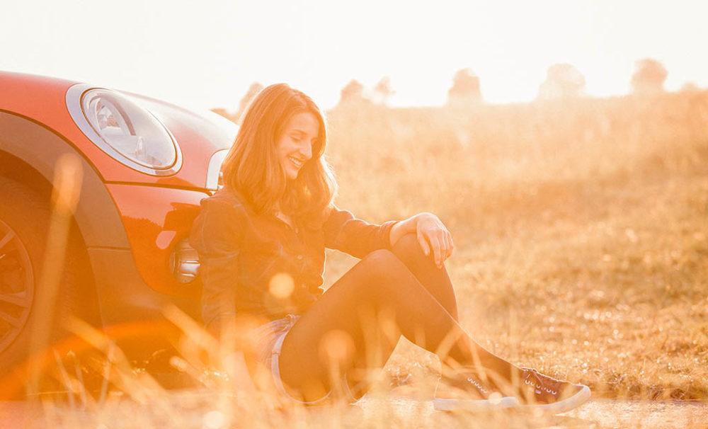 Fotoshooting in Siegen mit Model im Sonnenuntergang und Mini Cooper