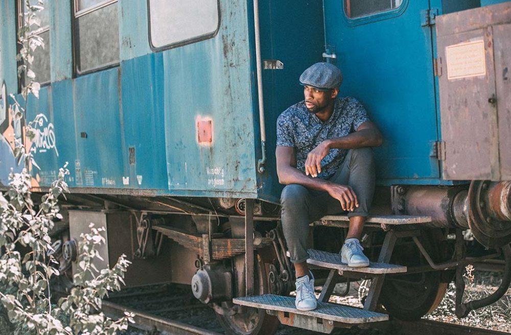 Fotoshooting mit Mann an einem Zugwaggon