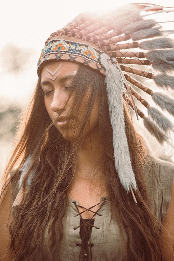Fotoshooting Indianer mit Federschmuck als Portrait