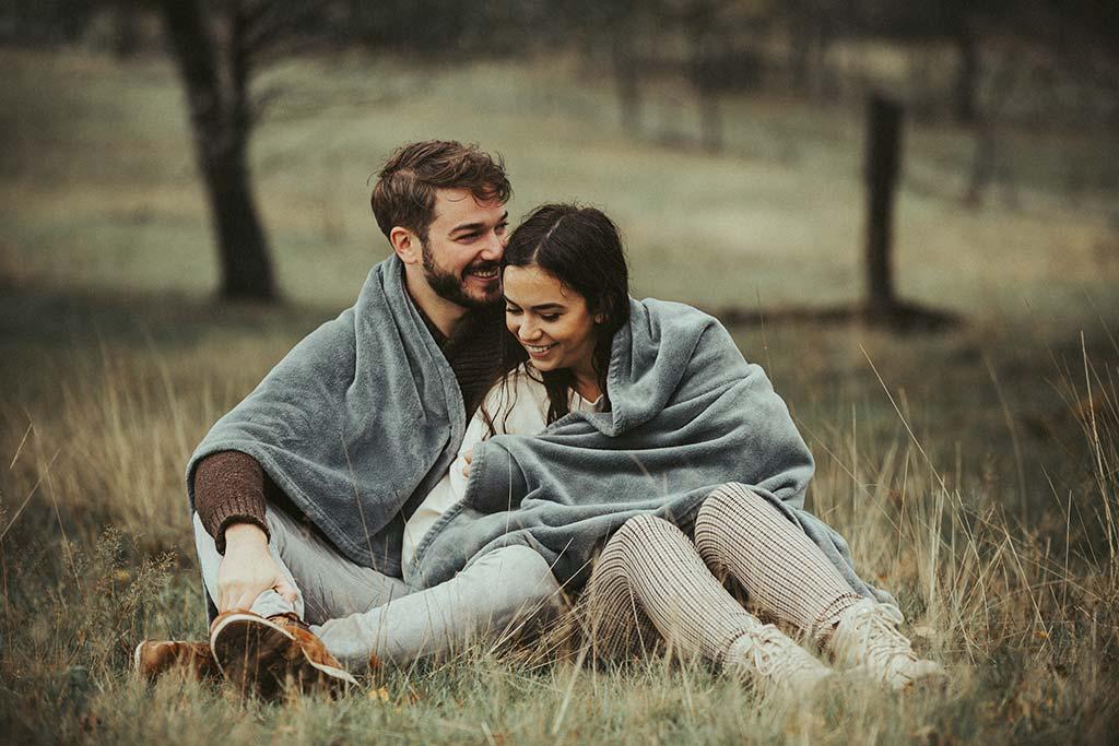 Paarshooting im Regen mit Decke kuscheln in Siegen