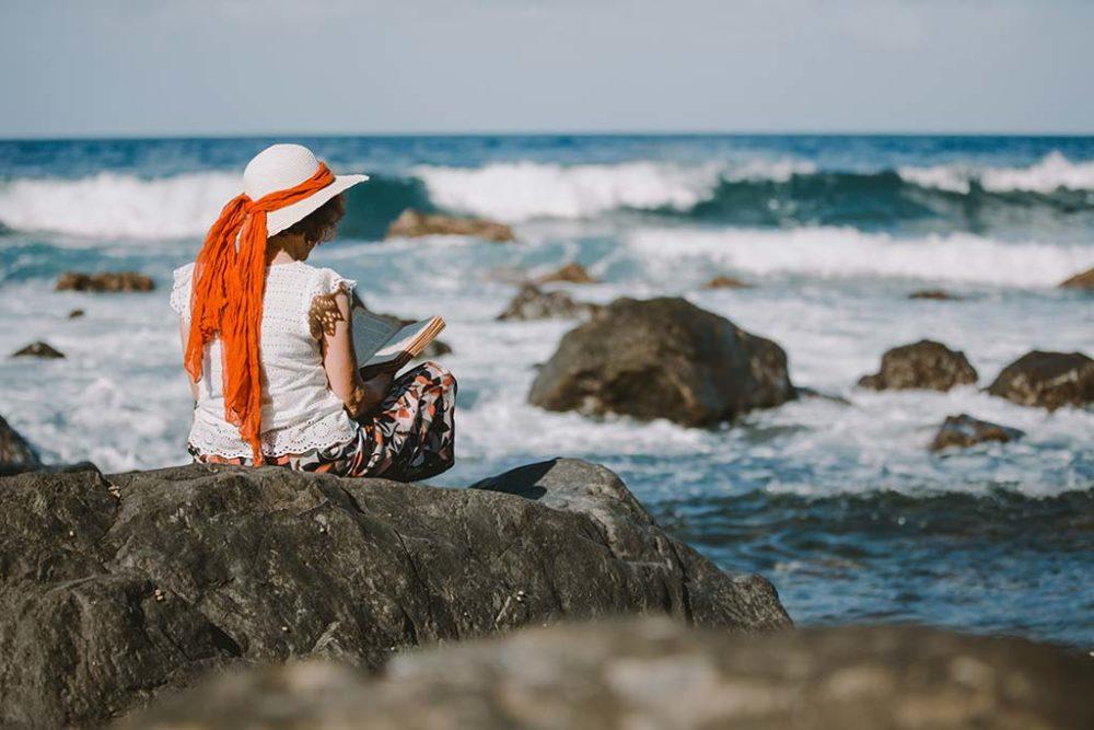 Portraitshooting auf Madeira am Meer mit Buch