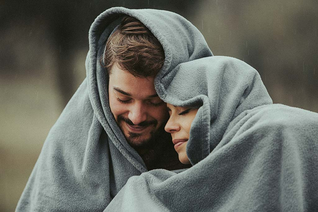 Paarshooting im Regen mit Decke
