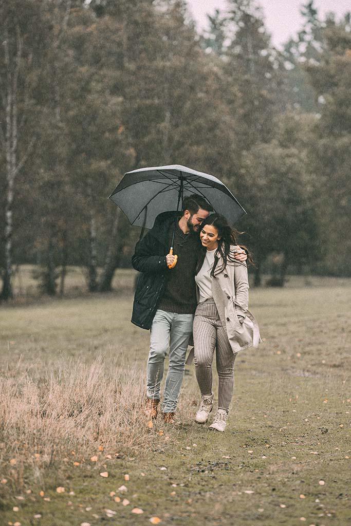 Paarshooting im Regen mit Regenschirm