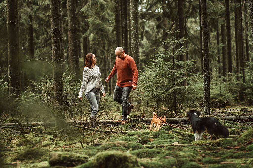 Paarfotoshooting mit Hund Hund Mensch in Siegen Wald