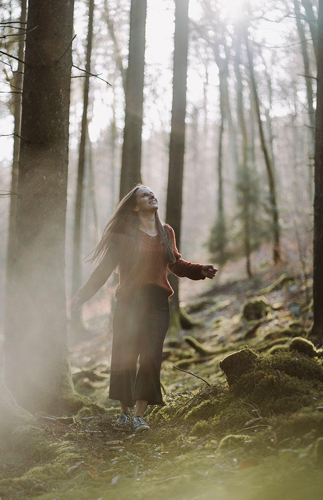 Shooting in der Natur im Wald Waldshooting