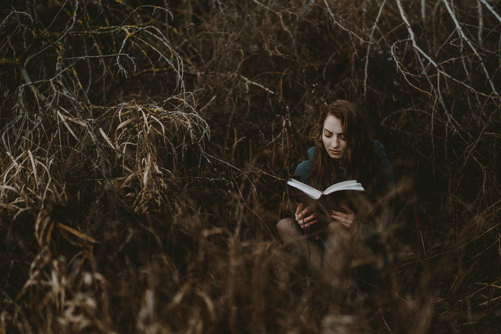 Portraitfotografie mit Buch in der Natur