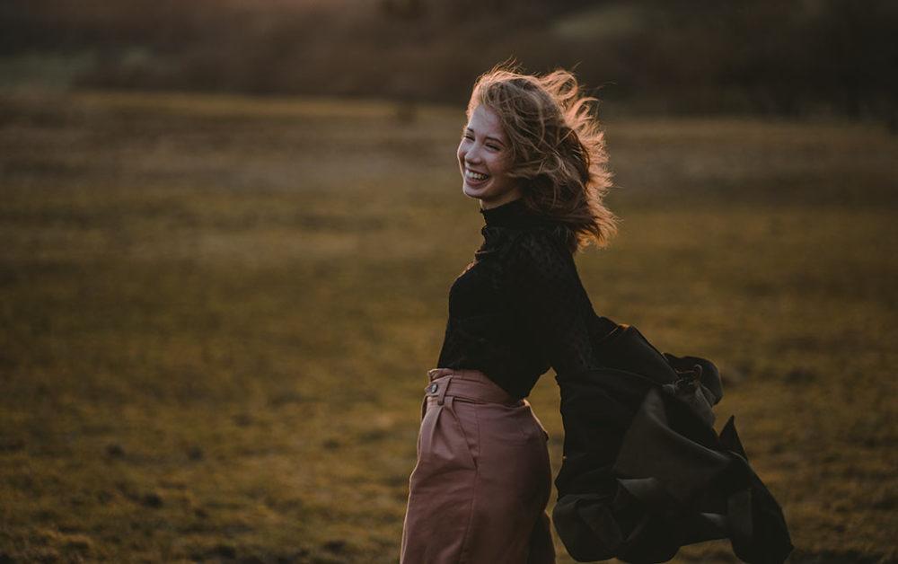 Portraitfotografie im Wind Sturm im Sonnenuntergang