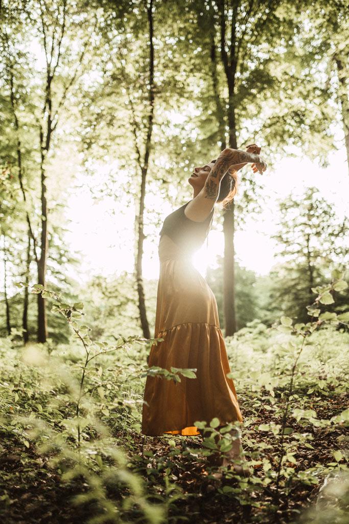 Fotoshooting im Wald mit Gegenlicht Yoga