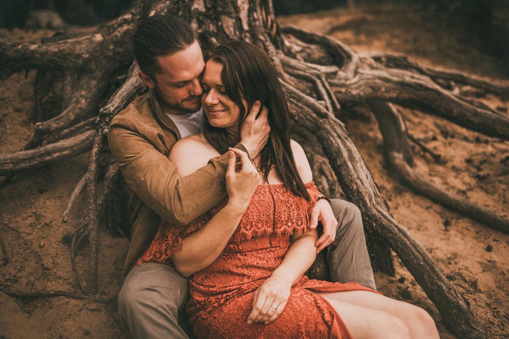 Fotoshooting Paar mit Wurzeln in der Wahner Heide