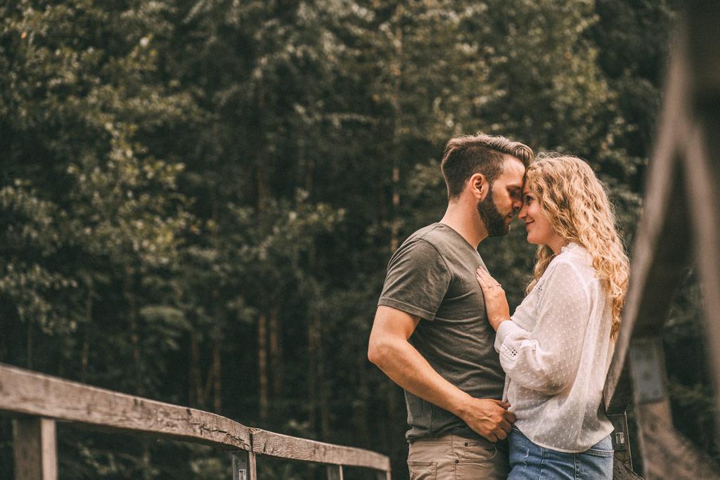 Fotoshooting Paar auf Brücke