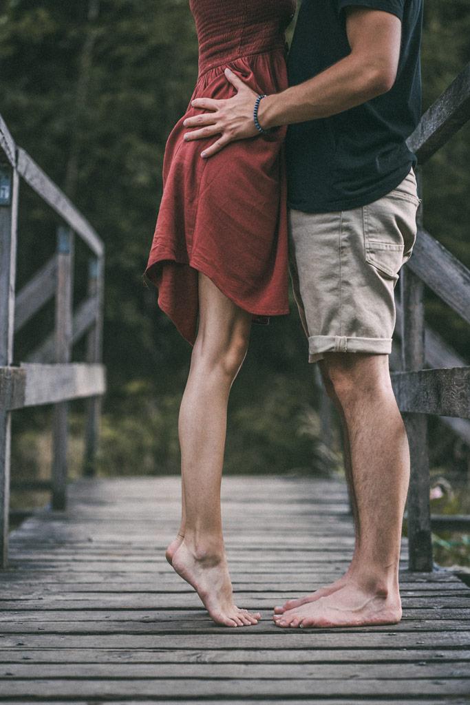 Paarfotoshooting auf Holzbrücke