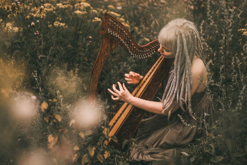 Musikerin Fotoshooting mit Harfe