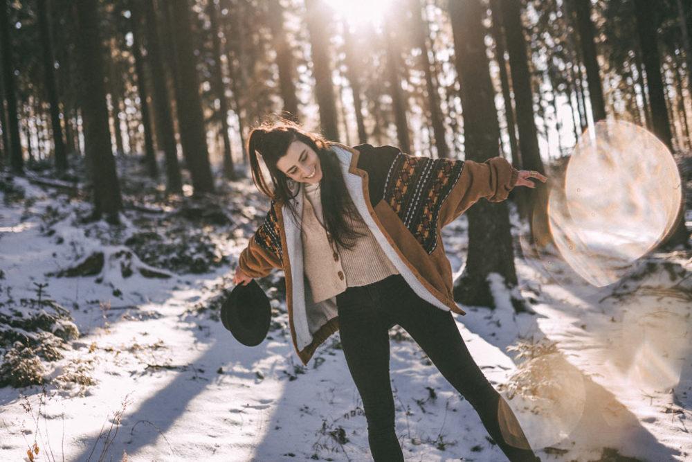 Portraitshootin im Schnee lachend froh