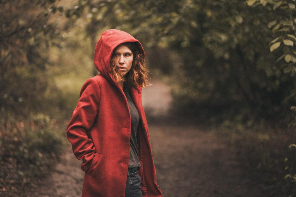 Fotoshooting im Wald mit rotem Mantel